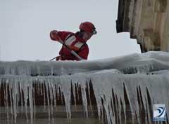 Очистка от снега крыши балкона на